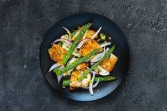 Salade met gebraden halloumi, asperge en oranje schil Hoogste mening, exemplaarruimte Royalty-vrije Stock Foto's