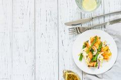 Salade met gebraden halloumi, asperge en oranje schil Hoogste mening, exemplaarruimte Stock Foto's