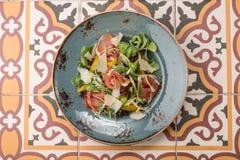 Salade met genezen ham, verse groenten en parmezaanse kaaskaas royalty-vrije stock foto's
