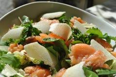 Salade met gerookte zalm Stock Foto's