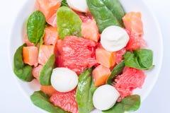 Salade met gerookte zalm, grapefruit, spinazie en mozarella royalty-vrije stock fotografie