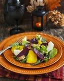 Salade met geroosterde bieten, appel en pecannoten Stock Foto's