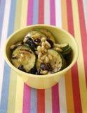 Salade met geroosterde courgette, noten en rozijnen Royalty-vrije Stock Fotografie