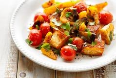 Salade met geroosterde halloumikaas en groente met toevoeging van aromatische kruiden stock afbeelding