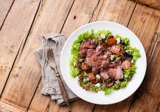 Salade met gesneden braadstukrundvlees Stock Foto's