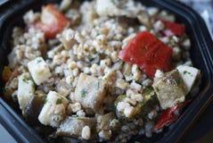 Salade met gespeld, kaas en Spaanse pepers stock fotografie