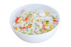 Salade met graan en krabstokken die op witte achtergrond worden geïsoleerd Selectieve nadruk royalty-vrije stock afbeeldingen