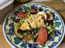 Salade met grapefruit en kip in mosterdmarinade royalty-vrije stock afbeeldingen