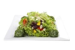 Salade met groenten en kaasballen op een witte plaat stock foto's