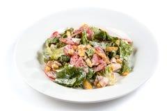 Salade met groenten, graan, greens en tomaat in een plaat op een geïsoleerde witte achtergrond royalty-vrije stock foto