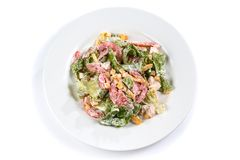 Salade met groenten, graan, greens en tomaat in een plaat op een ge?soleerde witte achtergrond royalty-vrije stock fotografie
