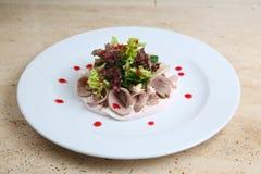 Salade met ham en kaas op witte plaat Royalty-vrije Stock Foto's