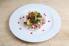 Salade met ham en kaas op witte plaat Stock Afbeeldingen