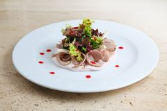 Salade met ham en kaas op witte plaat Royalty-vrije Stock Afbeeldingen