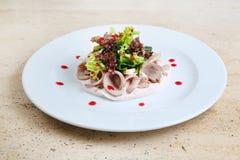 Salade met ham en kaas op witte plaat Stock Fotografie