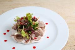 Salade met ham en kaas op witte plaat Stock Foto's