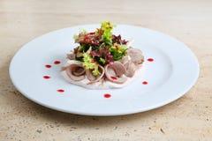 Salade met ham en kaas op witte plaat Royalty-vrije Stock Afbeelding