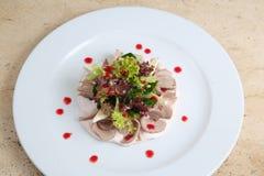 Salade met ham en kaas op witte plaat Royalty-vrije Stock Foto