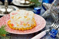 Salade met het eirijst van het krabgraan op feestelijke verfraaide lijst voor Chr Royalty-vrije Stock Afbeelding