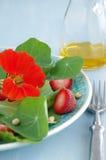 Salade met Indische tuinkers en aardbeien Stock Afbeelding