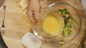Salade met kaas stock videobeelden