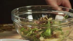 Salade met kaas stock video