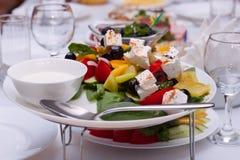 Salade met kaas en verse die groenten op witte achtergrond wordt geïsoleerd Griekse Salade Royalty-vrije Stock Afbeeldingen