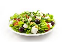 Salade met kaas op witte achtergrond Royalty-vrije Stock Foto's
