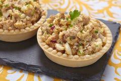 Salade met kabeljauwlever, eieren en ui royalty-vrije stock afbeelding