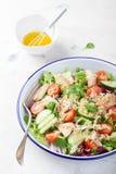 Salade met kip, groenten, bulgur en olijfolie Stock Fotografie