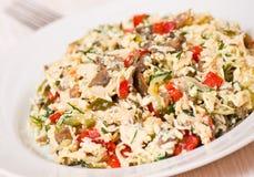 Salade met kip, paddestoelen, eieren, kaas, groenten stock afbeeldingen