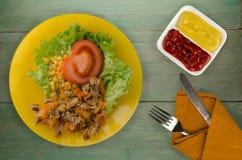 Salade met kippenmagen met wortelen en graan en salade op a Royalty-vrije Stock Foto