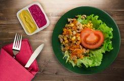 Salade met kippenmagen met wortelen en graan en salade op a Royalty-vrije Stock Afbeeldingen