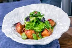 Salade met knapperige kip en zure pompoenroom Europese keuken Het werk van een professionele chef-kok Schotel van een restaurant  stock fotografie