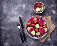 Salade met komkommer, tomaat en rode kool Stock Afbeeldingen