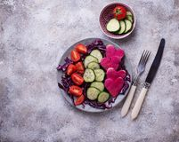 Salade met komkommer, tomaat en rode kool Royalty-vrije Stock Fotografie