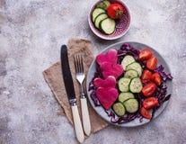 Salade met komkommer, tomaat en rode kool Royalty-vrije Stock Afbeelding