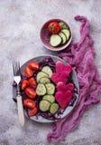 Salade met komkommer, tomaat en rode kool Royalty-vrije Stock Foto