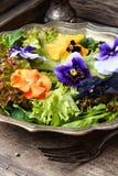 Salade met kruid en bloem royalty-vrije stock afbeelding