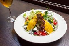 Salade met mango en geitkaas Stock Afbeelding