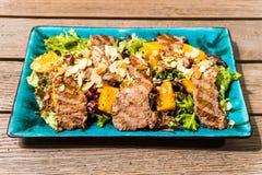 Salade met mangoham en noten royalty-vrije stock foto's