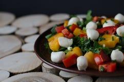 Salade met mozarella op houten achtergrond stock foto