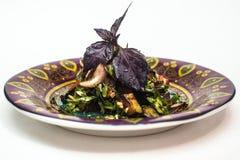 Salade met okkernoten en granaatappelzaden stock foto's