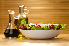 Salade met Olijfolie en de Balsemieke Vulling van de Azijn Royalty-vrije Stock Afbeeldingen