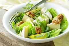 Salade met peer, okkernoten en kaas Royalty-vrije Stock Foto's