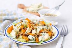 Salade met peer, pompoen, noten en schimmelkaas Stock Fotografie