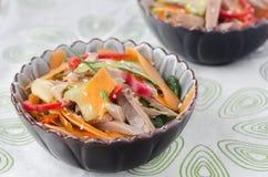 Salade met peper, komkommer, rundvleestong Stock Foto's