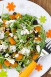Salade met pompoen, feta, arugula op een plaat Stock Foto's
