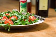 Salade met rucola en tomaten stock foto