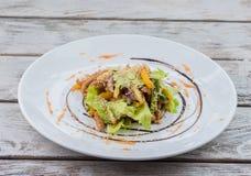 Salade met sla en sesam royalty-vrije stock afbeelding